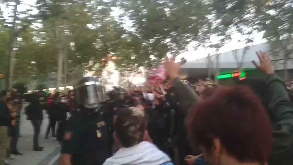 #Ahora Cargas policiales en #Vallecas contras las vecinas y vecinos que se habian concentrado frente a la Asamblea de #Madrid. Aún no está claro si hay detenidos. Continúa el fuerte despliegue policial. #ConfinamientoDeClase #LosBarriosSeLevantan https://t.co/v2EzNjxGmm