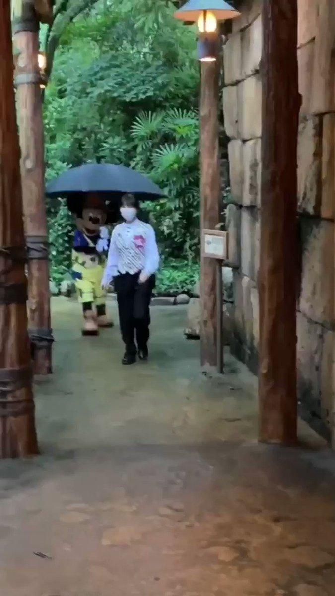 ミッキー、すんごい大きい傘自分で持ってたのめっちゃかわいかった🥺💕💕💕途中柱につっかえてるし😂😂😂😂😂😂😂これだけで満足感やばい❤
