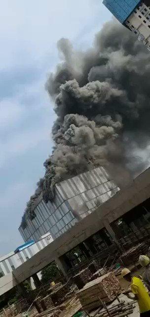9月25日の午後、中国広東省東莞阿里山路にあるファーウェイの松山湖研究実験施設で火災が発生しました。中国松山湖消防隊が消火に当たりましたが、夕方になっても鎮火不能でした🔥🔥🔥