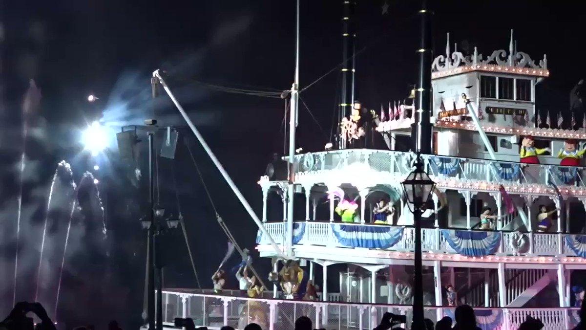 私にとって、もう一つ忘れられないファンタズミック!のフィナーレは、アナハイムのDL60周年中の16年1月10日に行われた、アメリカ河のリハブに伴う一時休止前、最後の公演。1年半後の再開時にはショー内容がリニューアルしていたのでこのVerは本当に最後でした✨ゲストからの歓声が最高です!!