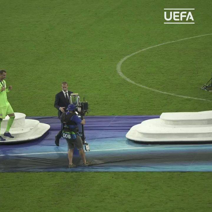 🔴🏆  スーパーカップを制したバイエルンの歓喜の瞬間!🥳  #UCL #SuperCup https://t.co/sMBvTGxrEC