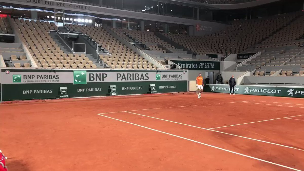 WTH, it's raining on Chartrier...with the roof ON!!! #EpicRoofFail #Still2020 #RolandGarros #Zverev #CarreñoBusta 🎥hugophysio68 IG https://t.co/quCElcoiTj