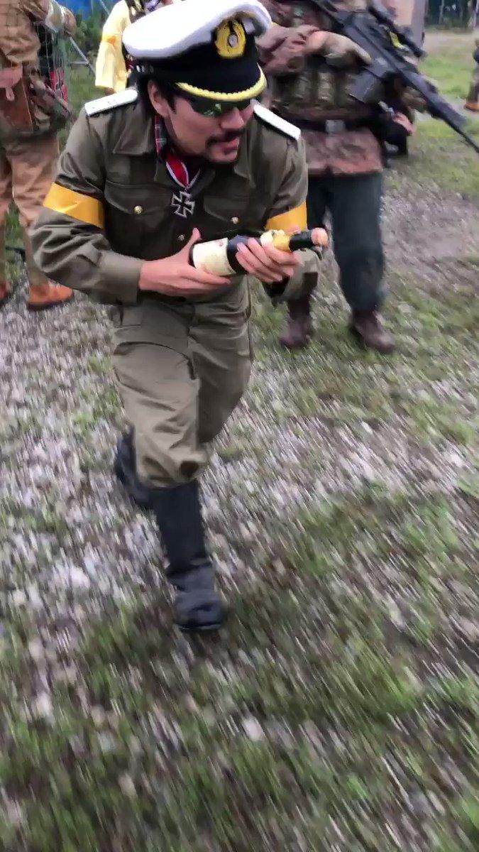 サバゲでエアガンの代わりにシャンパンのコルクを撃つ人@takeo1945 を人生で初めて見ました。(この後ちゃんと回収してた)