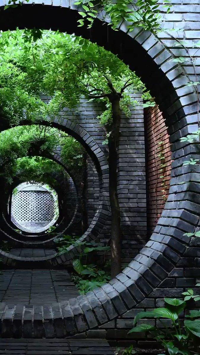 中国の伝統的な庭園によく見かける「月亮門」(壁を円形にくり抜いた門)、幸せで円満な生活を望む為、人々は満月を幸せな生活のシンプルとして建築に取り入れている。