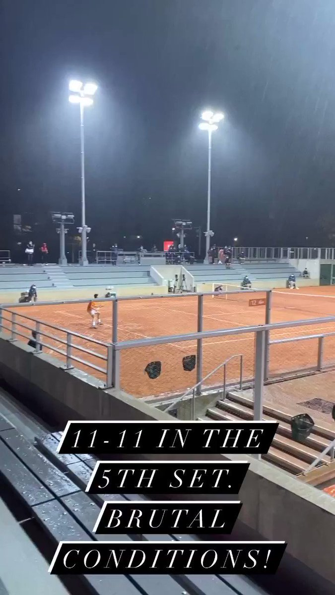 This was 11-11 in the fifth set of Londero v Delbonis. This really deserved a huge crowd. Also how brutal are the conditions! Players were soaked and balls were heavy!!!!! 🥵 #RG2020 https://t.co/qddBJ2C46R
