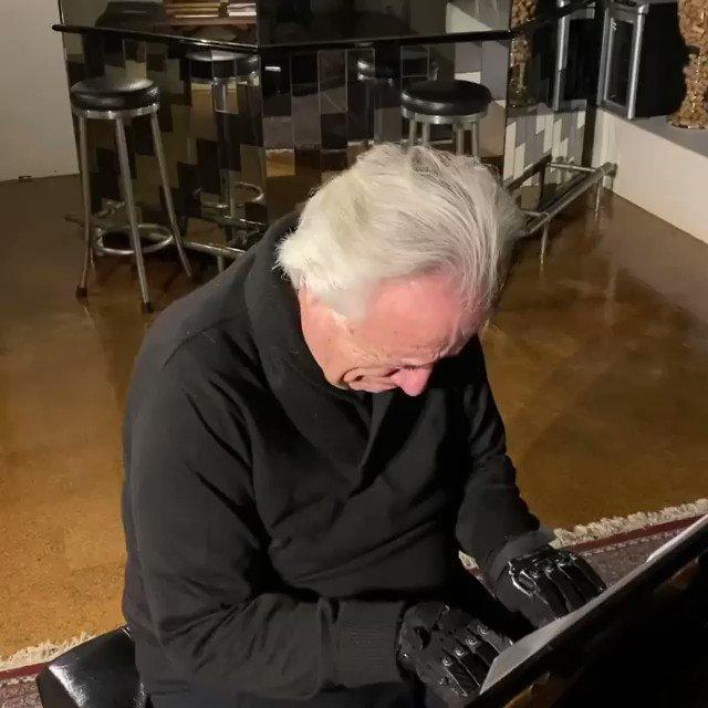 ブラジルのピアニスト、ジョアオ・カルロス・マーティンは、負傷により指が動かせなくなった。負傷ののち20年以上にわたってピアノを演奏することができなかった彼が、最近開発された生体グローブを使うことで再度演奏できるようになったときの演奏。泣いている。