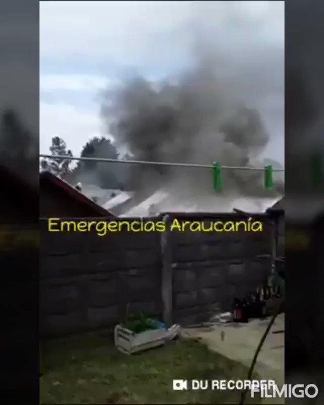 RT @VasquezHerargem Cuerpo de Bomberos #Temuco 🚒B-2, 🚒B-3 y 🚒Q-1 trabajando en fuego en casa habitación de 1 piso, Av. Circunvalación entre Santa Bernardita y Santa Catalina, Comuna de #Padre_las_Casas