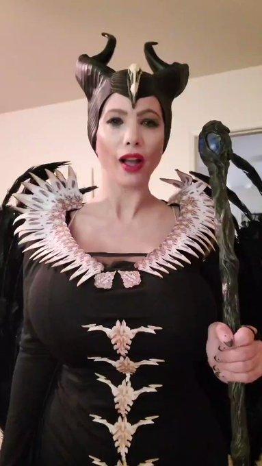 Best scene from Maleficent. I lovvvvvvve this cosplay❤ https://t.co/OvyV90iTIq