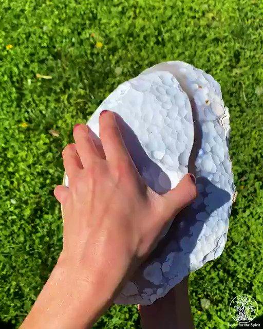 岩石や鉱脈にできた空洞に熱水や地下水が入り込むと、水に含まれるミネラル分が空洞内部で結晶化します。こうしてできたものを晶洞(ジオード)といいますが、中身は開けてからのお楽しみです。