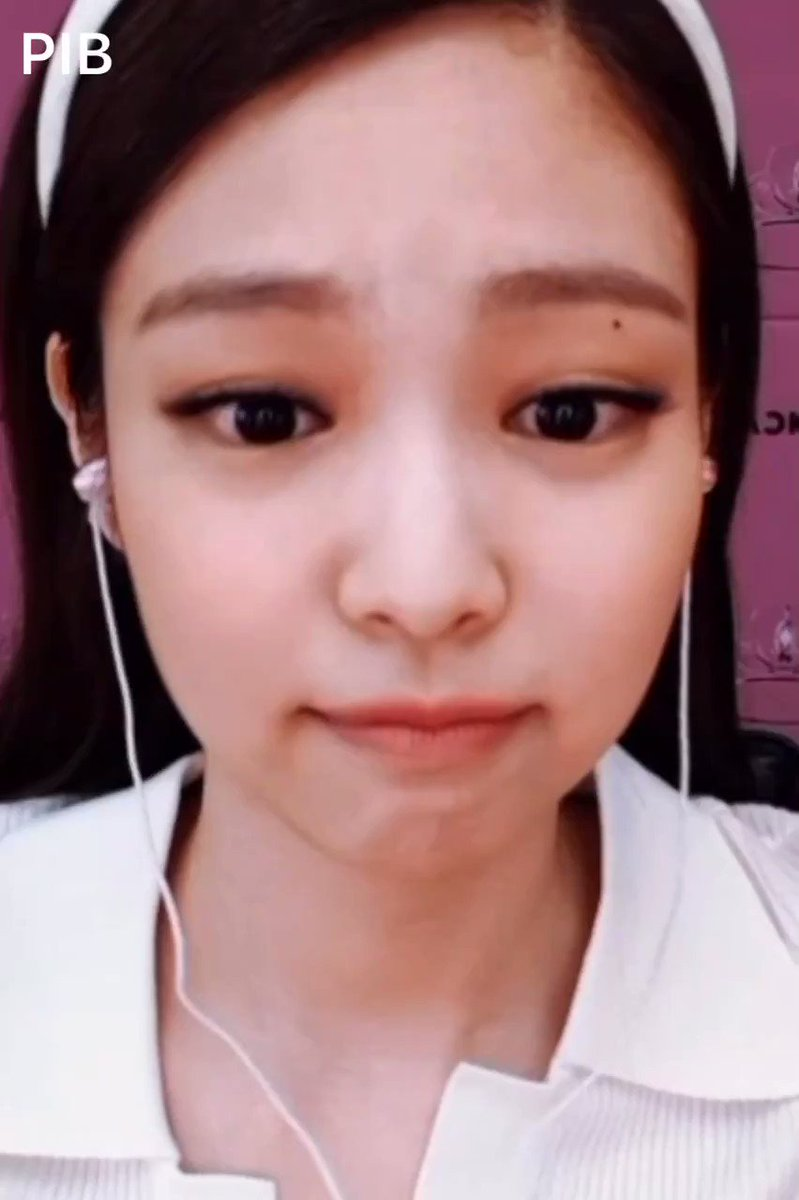 """Jennie said she'll upload Jisoo's favorite baby picture of her... """"later"""" 😊 She didn't include it in the documentary because """"Jisoo liked it too much"""" 😂 @Blackpink"""