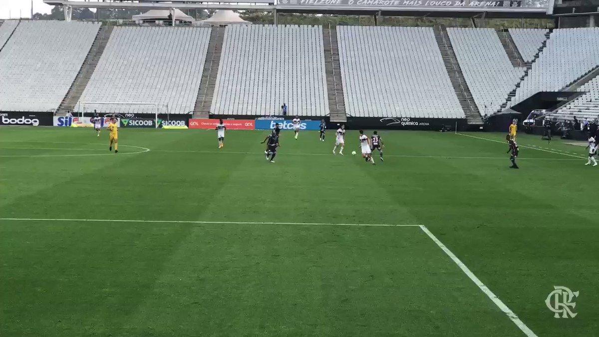 O estagiário está sem palavras para a linda troca de passes antes da bola chegar em @filipeluis, que deixou @evertonri na boa para cabecear! QUE GOLAÇO DO MITEIRO! 🎩 #CORxFLA #VamosFlamengo