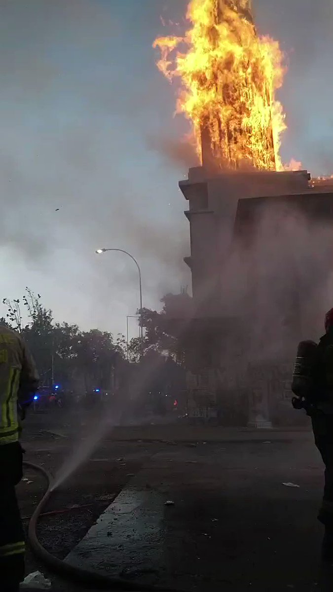 Communist terrorists burned down two churches in Santiago, Chile, today, including this one.  Piñera is such a lame President, goodness gracious! https://t.co/rypVod8PmI