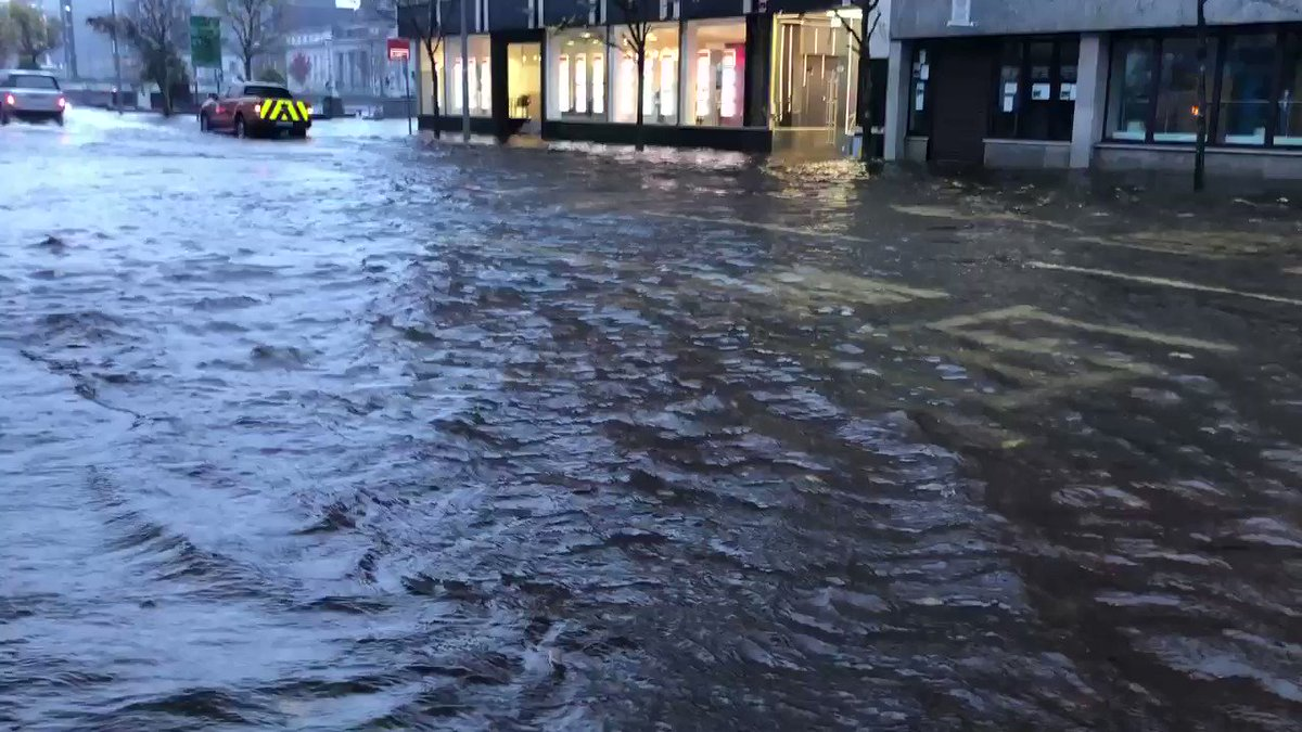 Motorists advised to avoid the city centre - South Mall at 8.44am #flooding #Cork https://t.co/bxe9Ih7RJU