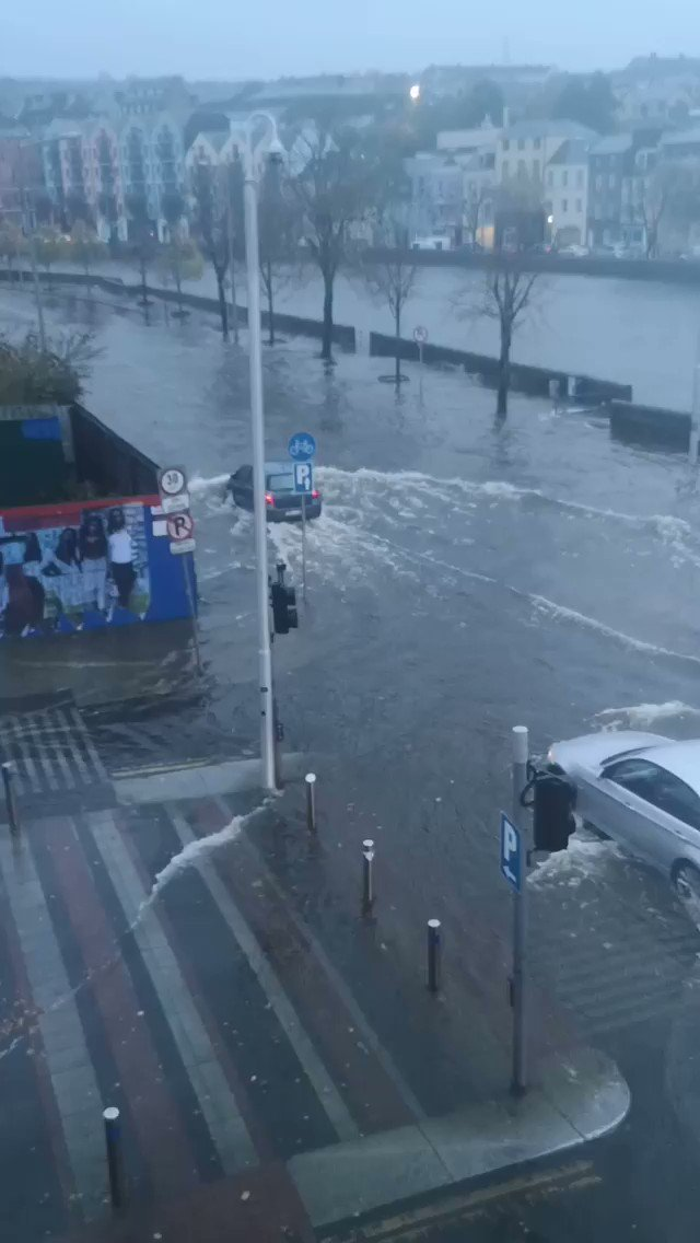 #CorkFloods Flooding at Cornmarket Street and the Quays this morning. https://t.co/5mtLJLhVvf