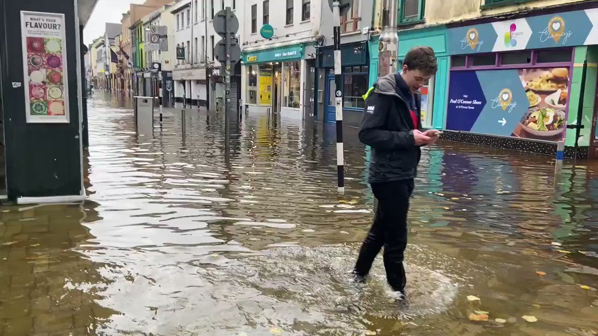 Water, everywhere — a heartbreaking scene from #Cork city centre this morning. @rtenews https://t.co/YIIlFR4b0t
