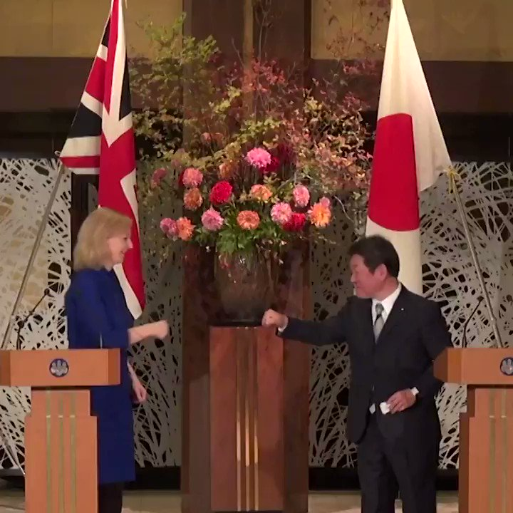 This is the moment the UK signed its first trade deal as an independent trading nation #UKJapan 🤜🤛 🇬🇧🇯🇵