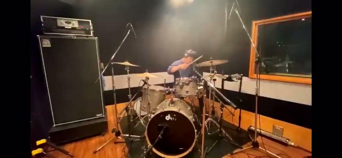 母に切望されたのでアップしました。初心者でも簡単に叩ける曲とか紹介されてたりしますが、地味難曲です。【Official髭男dism】Pretender Drum Cover 【叩いてみた】【髭男】【ヒゲダン】  @YouTubeより