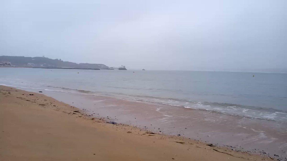 Image for the Tweet beginning: Amanece en #Santander #Domingo #PlayaDeLosPeligros #BahíaDeSantander #Borrasca #Octubre #Mar  #Olas  #FelizDía