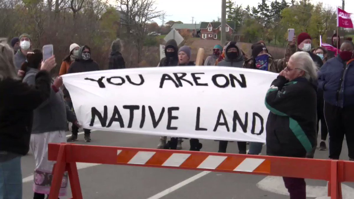 A large group of 1492 Land Back Lane supporters marched peacefully to the police barricades on Argyle Street in Caledonia, Ontario. This is some of the raw footage of todays event from our cameraman Steve Mongeau who was there. Watch the full video: youtube.com/watch?v=GuR13G…