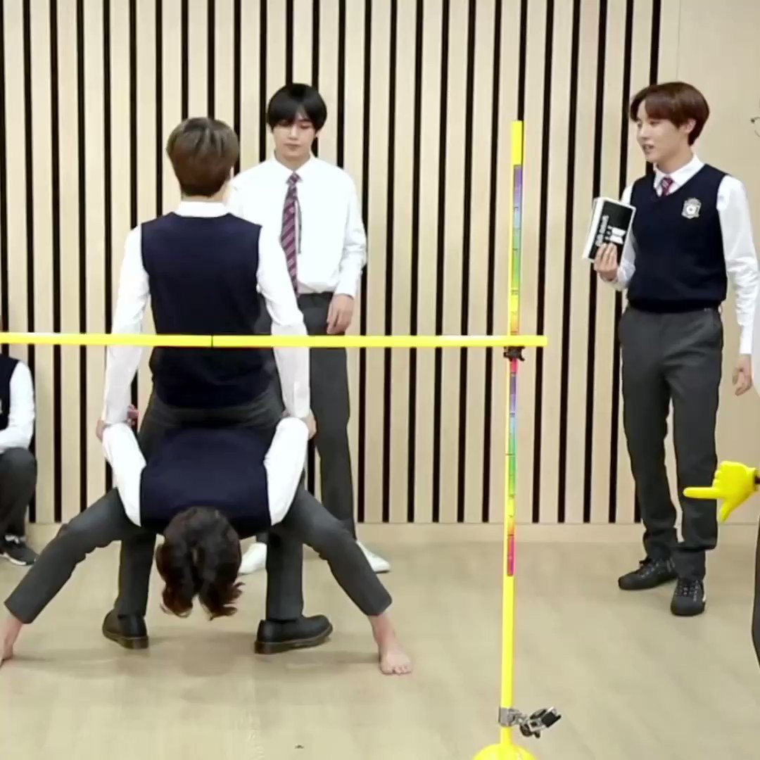 Hoseok siempre está cuidando a los chicos como la vez del run donde ponía su mano para que los chicos no se golpearan en caso de que se cayeran 🥺💜  @BTS_twt
