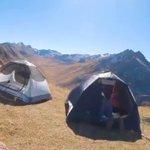 ゆるキャン…ではなく、ふわキャン?風が強い場所でテントを張るとこうなる!