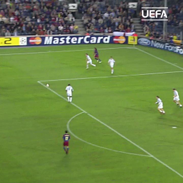 Pero el día en el que Messi marcó su primer gol en Champions... todos los focos fueron para Samuel Eto'o. 📸  ¡𝐎𝐉𝐎 a su tercer gol! 😍😍😍  #UCL | @setoo9 | @FCBarcelona_es