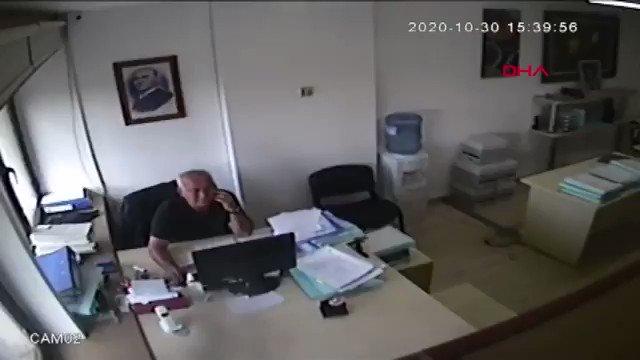 İzmir'de bir avukat, deprem sırasında odadaki her şeyin   devrilmesine rağmen telefon görüşmesine devam etti.