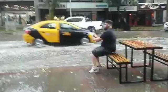 Un lector no quiso desaprovechar el momento y se puso a pescar en plena calle San Martín, centro de Mendoza   {video enviado a @mdzol por @soniasosa6 }