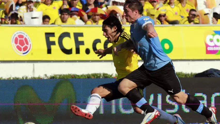 #YoEscuchoElVBARCaracol   🔊🇨🇴 Recordamos el gol de Falcao García (@FALCAO) frente a Uruguay, en la victoria 4-0 en las eliminatorias al Mundial de Brasil 2014.  🗣️Narra: @TatoSanint   📻Sintonícenos de lunes a viernes de 2 a 4pm por @CaracolRadio