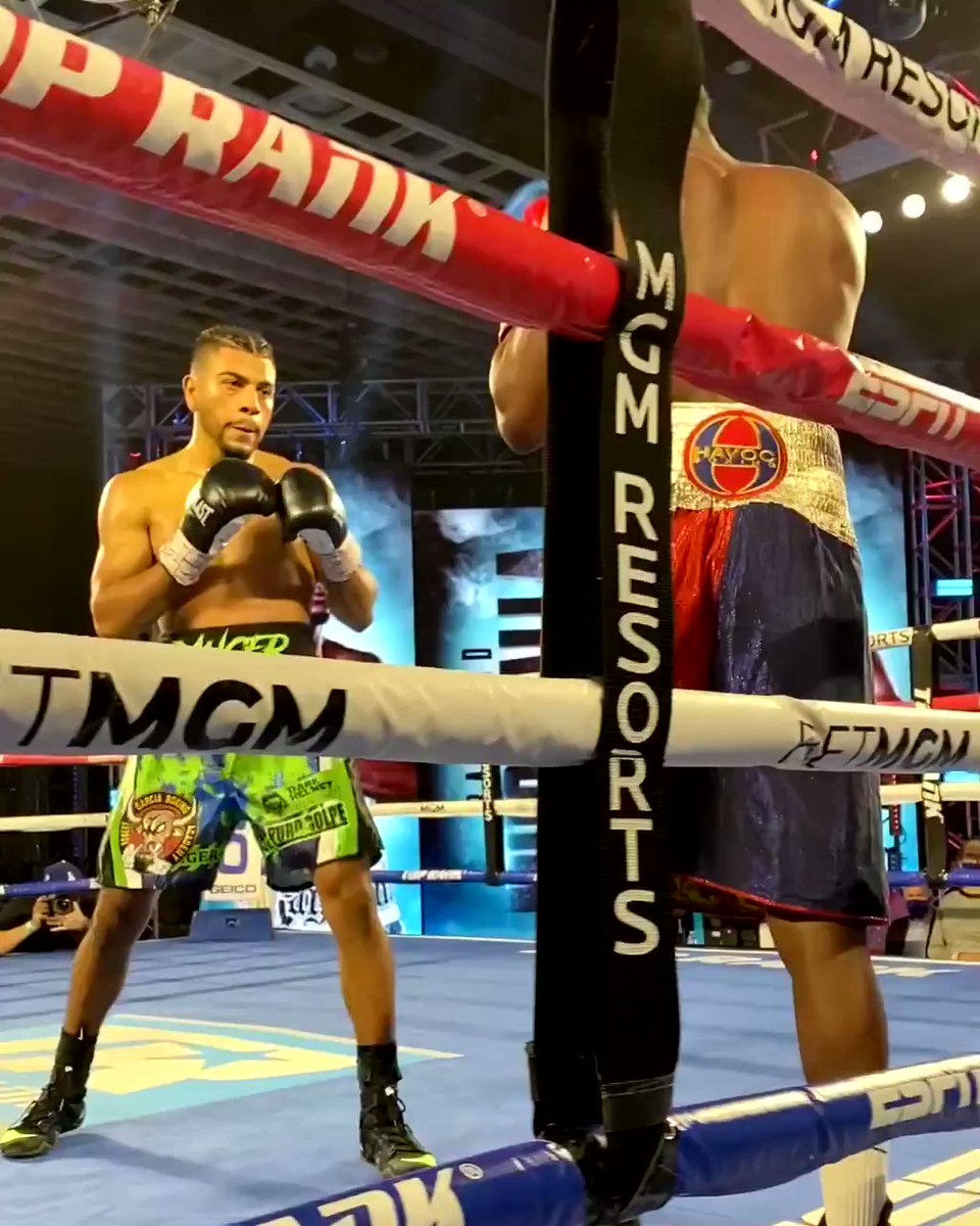 👊 Raymond Muratalla with some phenomenal body work before unleashing this straight right hand!  🥊 Muratalla now 11-0  💥 9 KOs  🎥: @trboxing   #CrawfordBrook  https://t.co/Y4MsVg8xVF