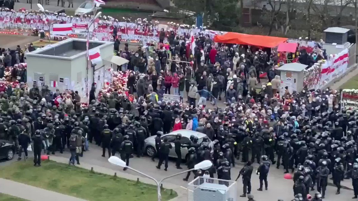 The ratio of fully armed riot policemen to defenceless protectors of the monorail are about 10-1. Everyone is being detained, some people are beaten up. As some of us are enjoying a sunny Sunday, people in #Belarus are going through horrors of dictatorial terror.