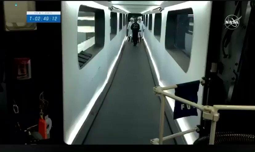 .@Astro_illini, @AstroVicGlover, Shannon Walker y @Astro_Soichi ya están casi dentro de la cápsula #CrewDragon de @SpaceX que los llevará a la @Space_Station.   📺 SÍGUELO EN VIVO: https://t.co/ukSjoYoTYE https://t.co/E5mKAtCcCy