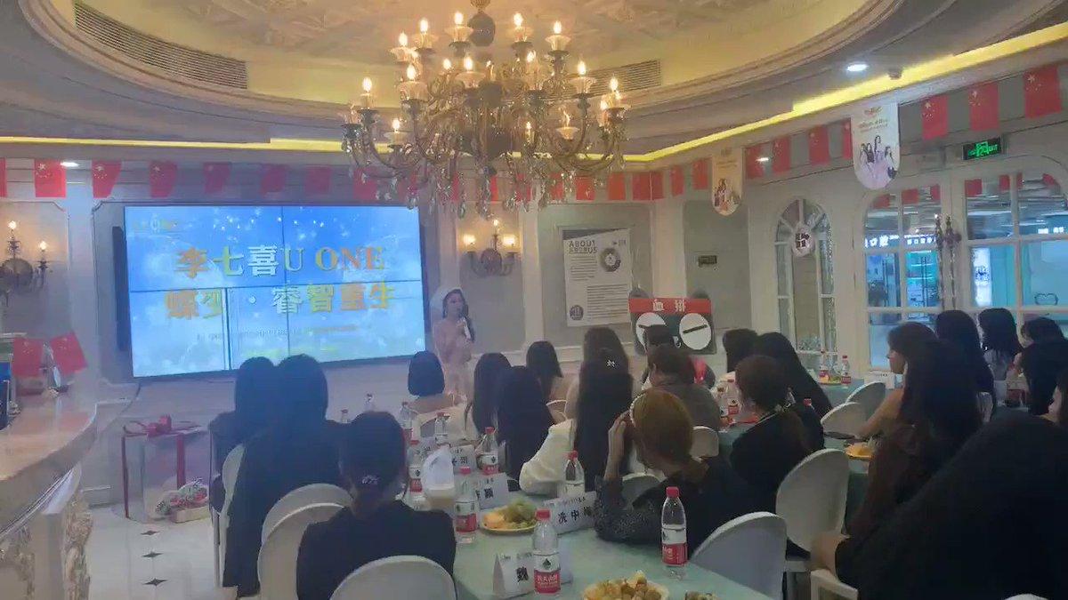 いま中国では空前の美容整形ブーム😁動画は知り合いの女性😥整形をして人生が変わった!という本人が主催したイベント!実は自分でイベントを開き、クリニックにお客さんを紹介して手数料をもらうためのもの(笑)😅中国の方はお金への執着が凄いなぁ🙄でもこれが経済を支える原動力ですね😅
