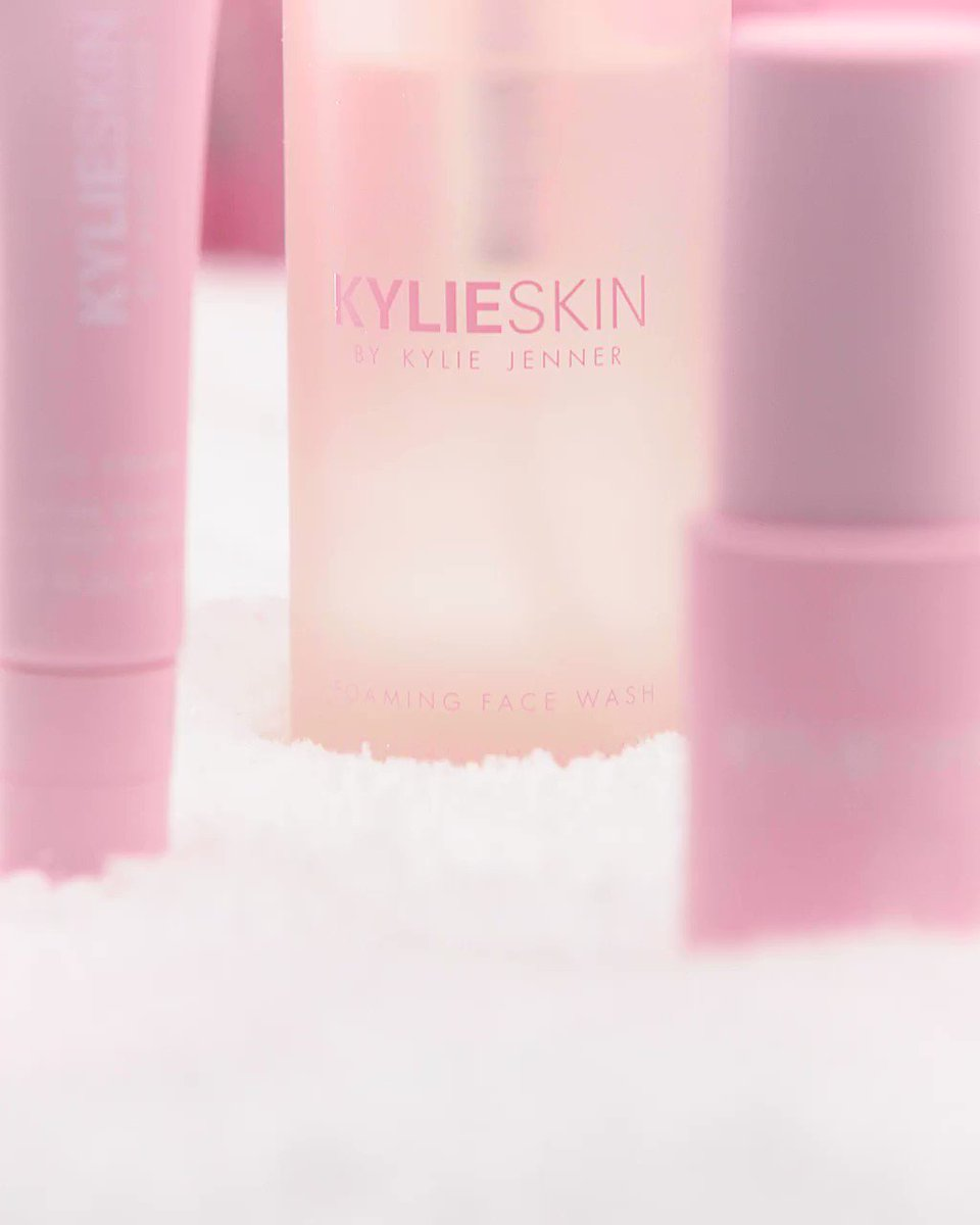 #kylieskin is the perfect gift for skincare lovers of all ages and all skin types! ❄️ grab these daily essentials nowon our gift shop on  💕☃️