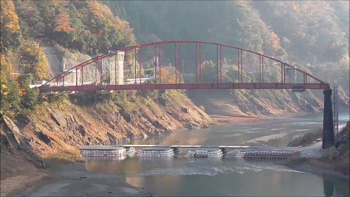 徳山ダムに来る途中にある川尻橋が架け替えられ、旧橋を落橋させる岐阜県さんの工事が18日に行われました。発破とともに一瞬で落橋するさまを動画に撮りました。音と衝撃もすんごかったです。いいもの見せていただきました。