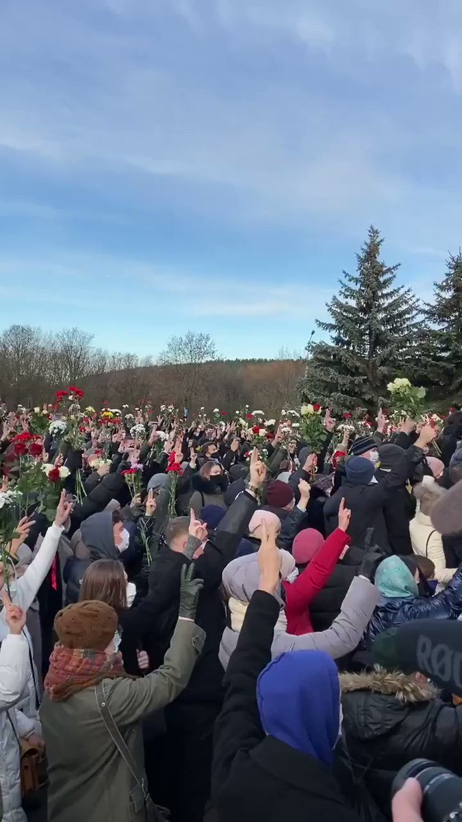 #Belarus It is #Minsk right now. People keep coming up to say goodbye to Raman Bandarenka who will be buried later. They are bringing flowers and funeral wreaths. Incredible solidarity and unity