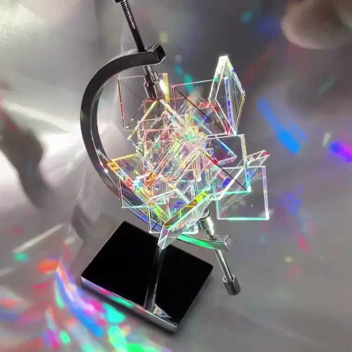美しい虹色に輝くガラスアート「虹の結晶」 約30個のパーツが織りなす神秘的なキラキラ世界  @itm_nlabより