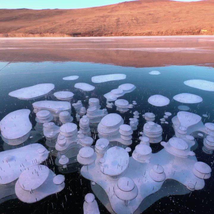 ロシア・バイカル湖でできた氷の芸術!氷の中に閉じ込められた層状の気泡