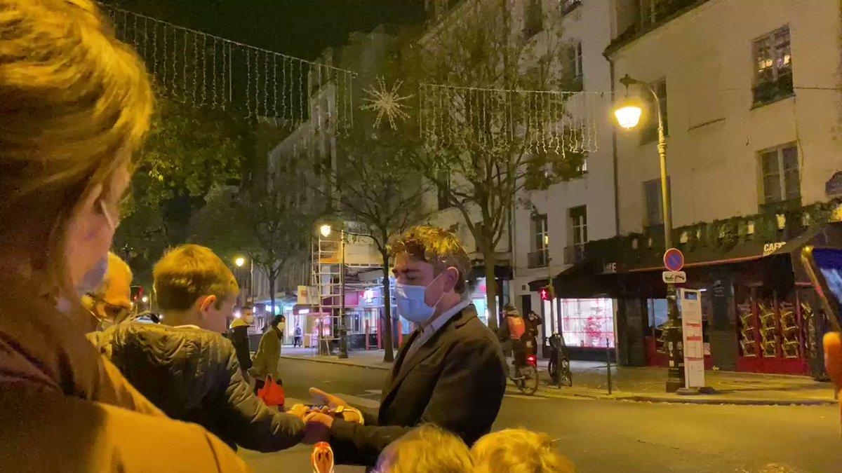 Ce soir ce sont les enfants qui ont allumé les illuminations de #Noel des artisans & commerçants de la rue de Bretagne, devant la @MParisCentre. Dans cette période difficile, un moment de joie partagée et des lueurs d'espoir dans nos rues. @DorineBregman @JimmyBth @OliviaPolski