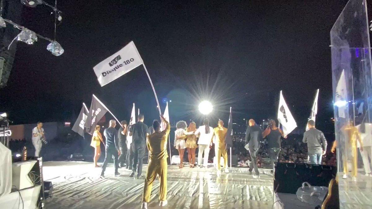 Hoje é o #DiaInternacionalDaNãoViolênciaContraAMulher. Há um ano, estávamos - literalmente - levantando essa bandeira junto com o Beleza Escondida durante o show do Festival Eletriza, em SP. Uma bandeira que precisa ser levantada todos os dias.