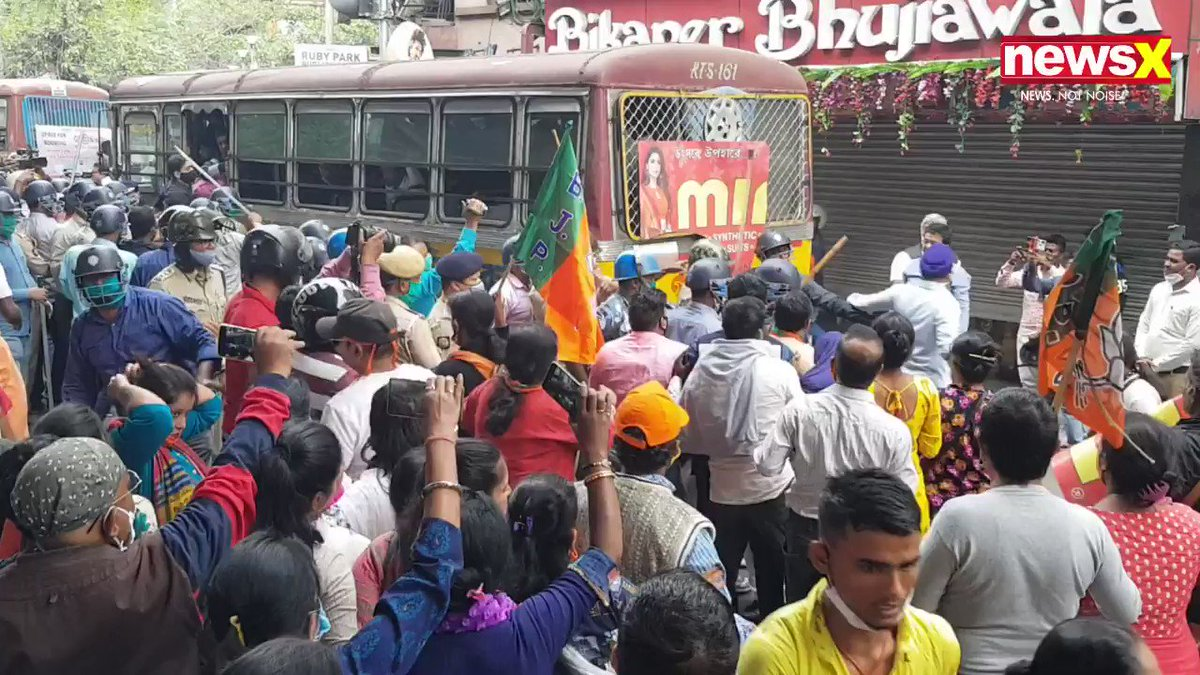 #WhosWinningBengal | A massive clash erupted between the BJP supporters and Kolkata Police in Majherhat. The police had to resort to Lathi charge to disperse the crowd.