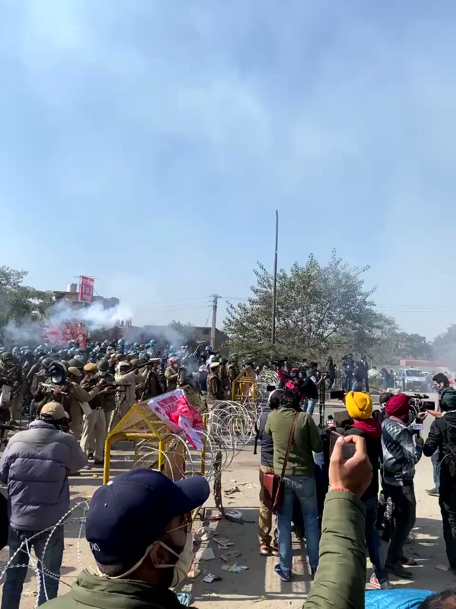 BREAK- Tear gas shells fired at farmers at the Delhi-Haryana Singhu border.   I've seen atleast 8 rounds of tear gas shells being fired.   Police have moved forward to push farmers back. #FarmersProtest #Watch #दिल्ली_चलो
