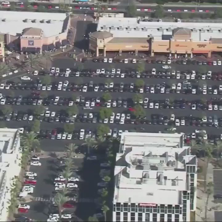 BLACK FRIDAY AT THE CITADEL🎄: Not everyone turned to the internet to catch Black Friday sales this year. Instead, some shoppers flocked to their local malls including the Citadel Outlets in Commerce. By noon, shoppers struggled to even find a parking spot https://t.co/okZTMutBJL https://t.co/xkxGJsy3fW