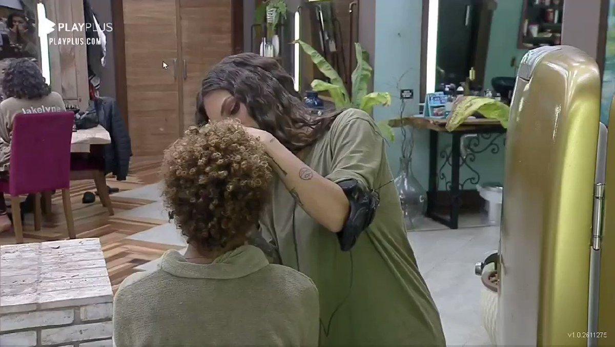 Stefani confidenciou a Lidi, que quando criança presenciou sua mãe fazer parte de um relacionamento abusivo. O namorado quebrou os dentes dela por usar batom e cortava e tacava fogo em suas roupas curtas. Lidi se debulhou em lágrimas. 😔