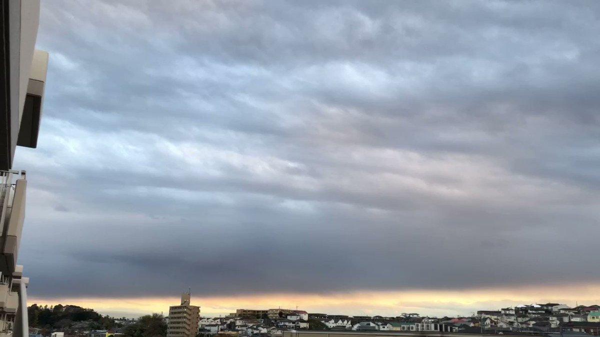 📣⚠️ イマソラ🌇 Today's sunset. #冬の空 #空 #sky #冬の雲 #雲 #clouds #cloudstagram #夕暮れ #夕焼け #dusk #eveningglow #sunset #gradation #ダレカニミセタイソラ #定点観測 #winter #nofilterneeded #nofilter #makeawish #願い事をしよう 明日に希望を繋ぎたい空🌇