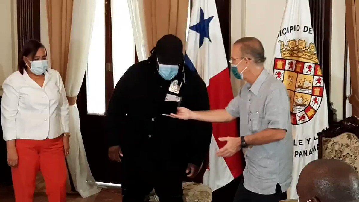 SECH: Lo declaran huésped de honor y le entregan las llaves de la Ciudad de Panamá al ganador del premioArtista del Año, Debut en los Premios #Billboards2020, el cantante panameño Sech. @TReporta