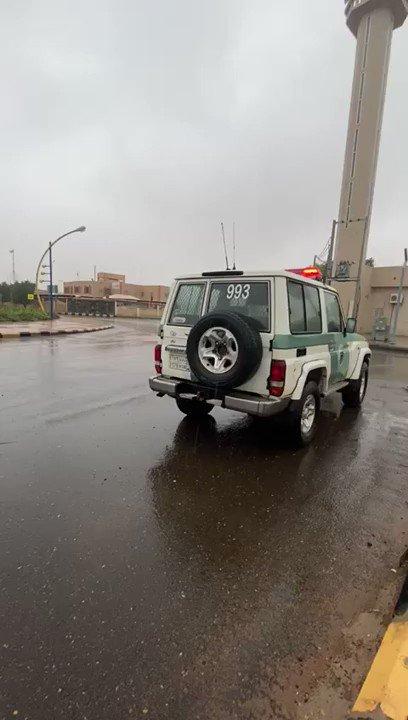 """جهود """"#بلدية_شقراء"""" لإزالة التجمعات المائية من الشوارع والميادين.. و""""#سبق"""" ترصد."""