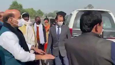 #RajnathSingh #BJP #UttarPradesh #BreakingNews #lucknow राजनाथ सिंह का एक दिवसीय लखनऊ दौरे पर है उन्होने रास्ते में गाड़ी रोककर आम लोगों से बात की,,,,कदम ऐसे चलो की निशान बन जाये