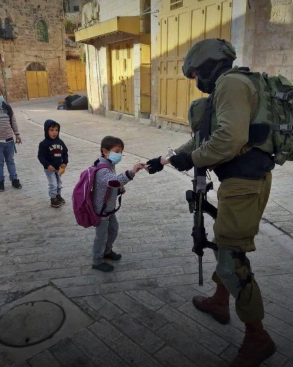 """""""صورة لا يمكن أن ترونها في الإعلام العربي"""".. أفيخاي أدرعي، المتحدث باسم جيش الدفاع الإسرائيلي، ينشر صورة لجندي إسرائيلي يطعم طفلا من سكان مدينة الخليل، مثيرا غضب المتابعين على مواقع التواصل.."""