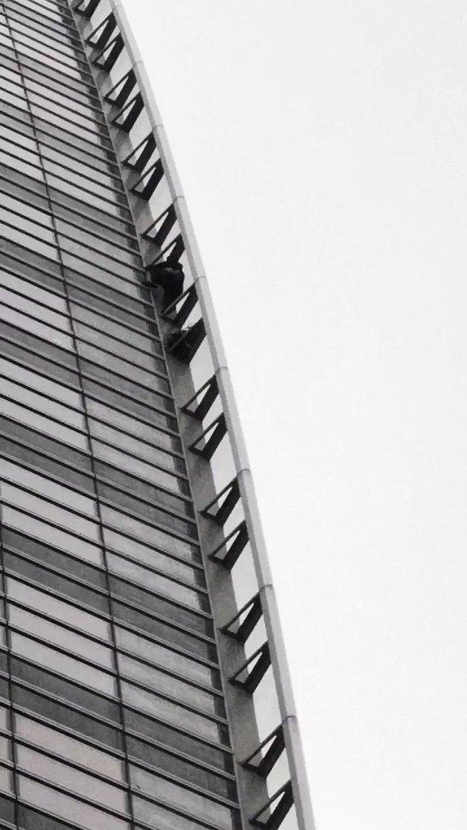 🇫🇷 FLASH - Un jeune de 20 ans a escaladé la tour #Engie à mains nues aujourd'hui à la Défense (36 étages, 185 mètres de haut). Il a fini les menottes aux poignets, interpellé par la #police, de même qu'un pilote de drone qui a tout filmé. (LP) #Paris